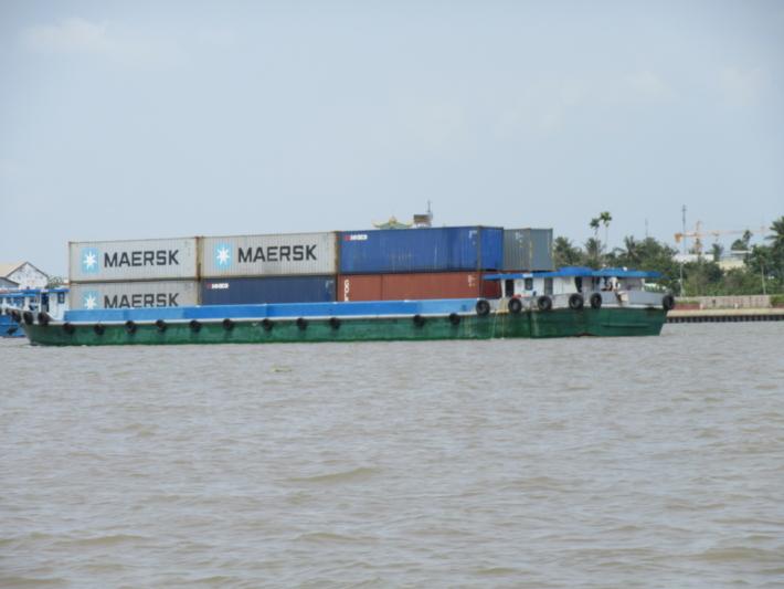 メコン川を航行するコンテナ船