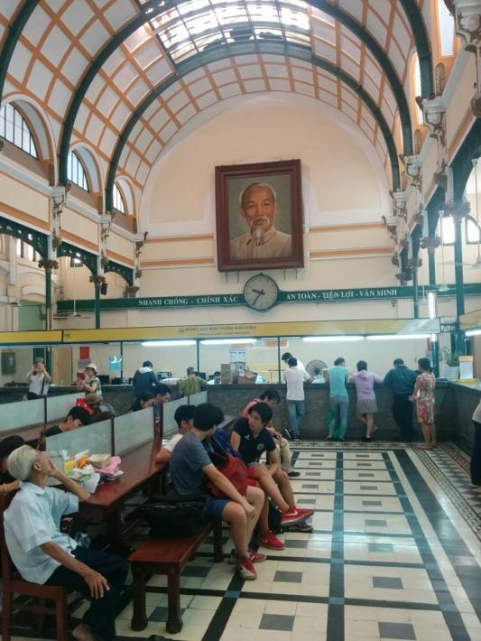 サイゴン中央郵便局・ホーチミン氏肖像画