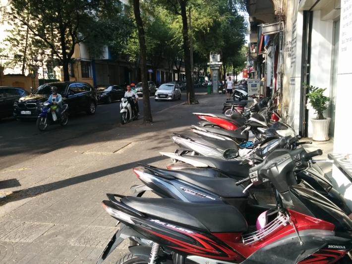 歩道に溢れるバイク