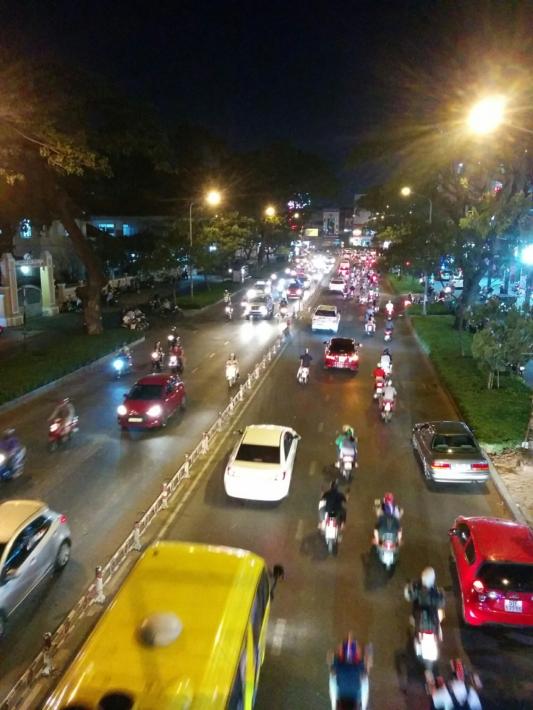 夜中も道路は大賑わい